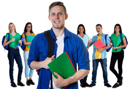 Estudiante alemán con papeleo y grupo de estudiantes