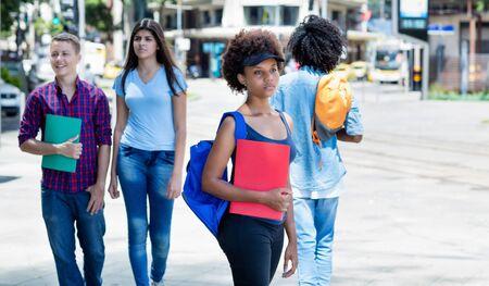 Groupe d'étudiants latino-américains et africains à la gare routière