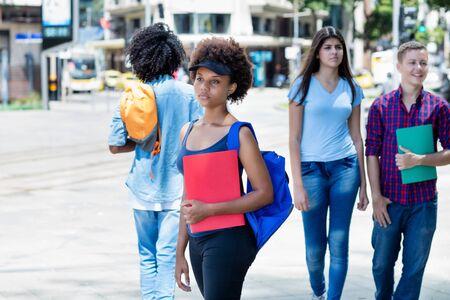 Étudiante afro-américaine en attente de bus Banque d'images
