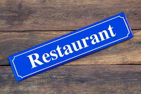 Restaurant street sign on wooden background Stockfoto