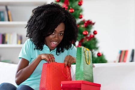 Pretty african american woman with christmas presents Stockfoto