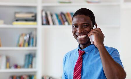 Afroamerykański biznesmen z krawatem rozmawia z klientem