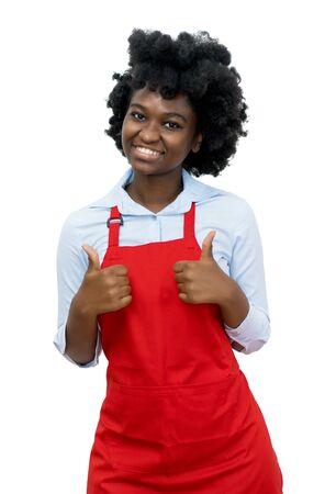 Camarera afroamericana con delantal rojo mostrando ambos pulgares para arriba