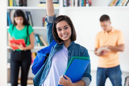 Étudiante espagnole réussie avec un groupe d'étudiants Banque d'images
