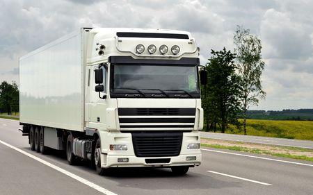 motor de carro: cami�n blanco en la carretera (vista frontal) Foto de archivo