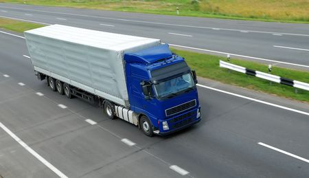 motor de carro: vista superior del cami�n con remolque de color azul gris en la carretera
