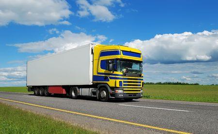 motor de carro: Camión (azul-amarillo de cabina de pasajeros) y blanco en movimiento en la carretera sobre el cielo brillante. Ver mi cartera para más hermosas furgonetas y camiones.