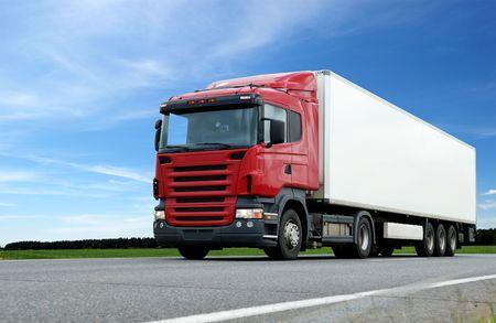 motor de carro: vista de la c�mara inferior de Roja cami�n con remolque de blanco en la carretera en el cielo azul
