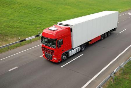 motor de carro: Solo cami�n rojo con remolque de blanco en carretera (vista superior). Ver mi cartera para camiones hermosas adicionales y camiones.