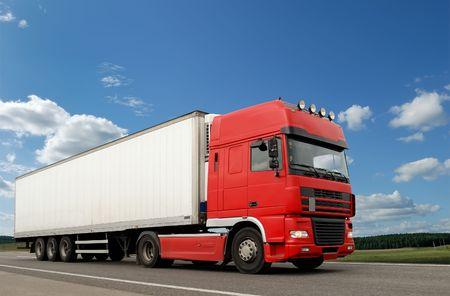 motor de carro: �nico cami�n rojo con remolque blanco sobre el cielo azul de la carretera. Ver otros furgonetas y camiones en mi cartera