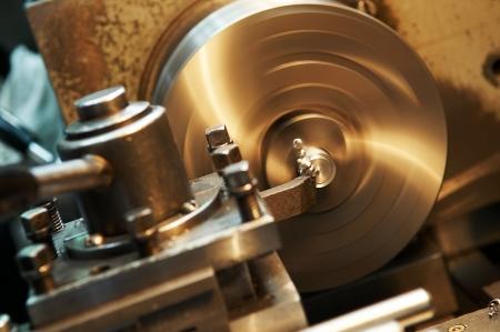 Tegenover de exploitatie van een blanco metalen op de machine voor draaien waarmee snijgereedschap Stockfoto
