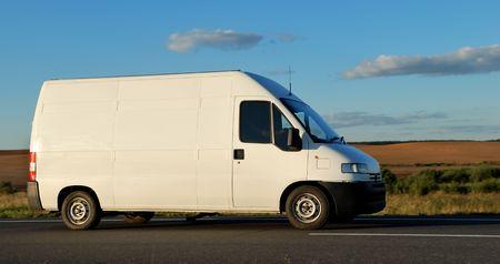 motor de carro: Minitruck de entrega blanco en carretera en el cielo azul. Ver mi cartera para camiones hermosas adicionales y camiones