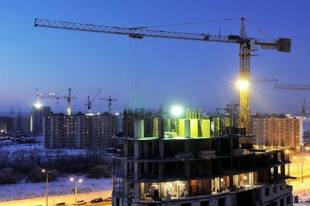 grue  tour: capture de nuit de construction chantier avec chargeur de grue � tour