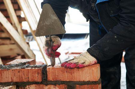 paredes de ladrillos: manos de un alba�il de trabajador de mason de construcci�n haciendo una obra de f�brica
