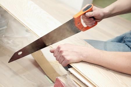 serrucho: vio de la operaci�n de trabajo portarretrato de cortar a mano de muebles de madera  Foto de archivo