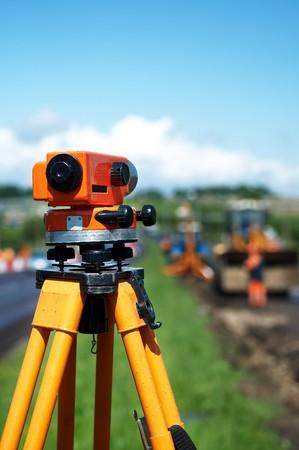 theodolite: herramienta de teodolito de equipos en el sitio de construcci�n funciona en verano