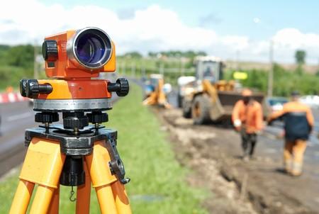topografo: herramienta de teodolito de equipos en el sitio de construcci�n funciona en verano