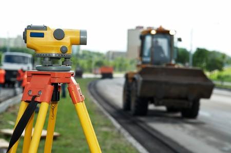 teodolito: herramienta de teodolito de equipos en el sitio de construcción funciona en verano