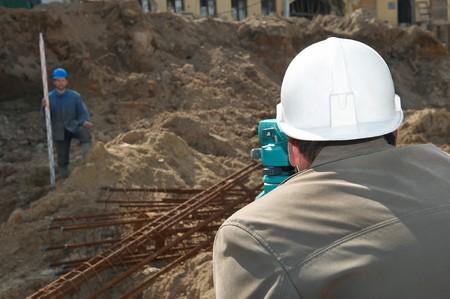 theodolite: lavoro geometra misurazione di distanze, elevazioni e indicazioni sul sito di costruzione dalle apparecchiature di transito livello theodolite