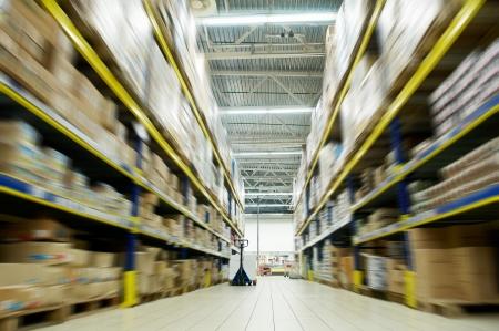 estanter�as: durante mucho tiempo la pila de disposici�n de bienes en un comercio por mayor y por menor almac�n de dep�sito  Foto de archivo