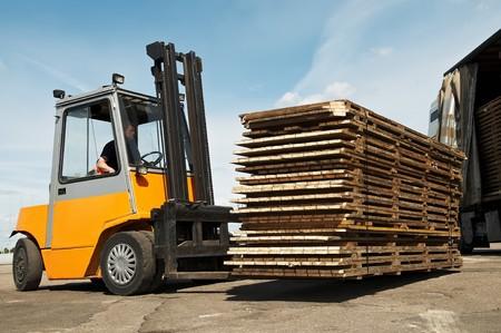 Elevadoras cargador para almacén funciona al aire libre de carga (descarga) un camión de camiones larga