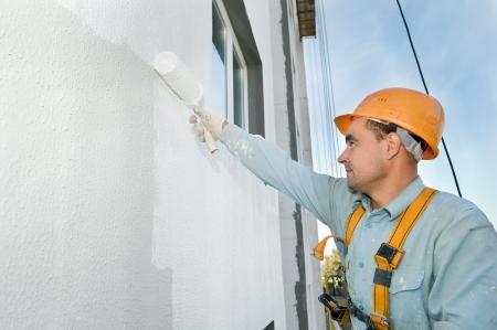 pintora: Generador de fachada de pintura de trabajador de la construcci�n de la casa con rodillos  Foto de archivo