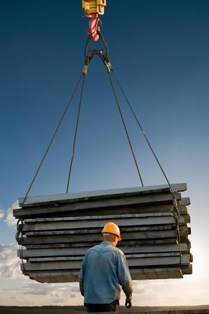 lifting: arbeider en pallets in staal draad op handling laden hijs operaties Stockfoto