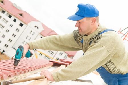trussing: Generatore di lavoratore a opere di coperture in affiancamento con un cacciavite