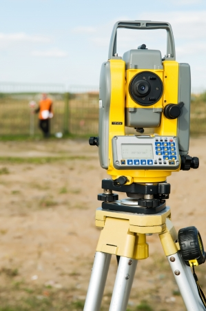 teodolito: trabajadores de topógrafo con equipamientos de teodolito a la operación de medición  Foto de archivo