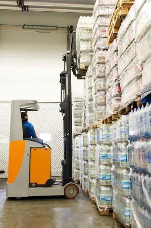 montacargas: Controlador de trabajador de un cargador de montacargas en recoger carga en paletas a las existencias de almac�n