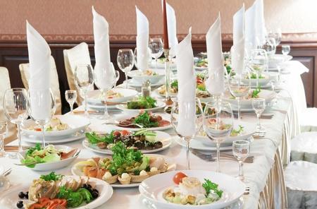 Catering tabel instellen service met zilverwerk, servet en glas in restaurant voor feest