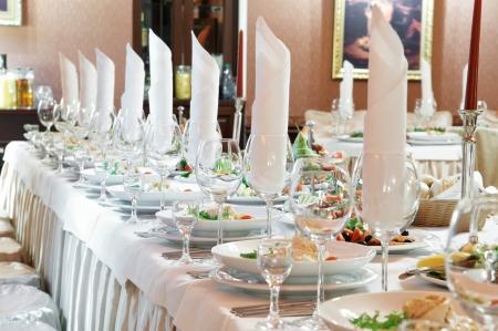 Catering Tabelle festgelegt Service mit Silberwaren, Servietten und Glas im Restaurant vor party Standard-Bild - 9234498