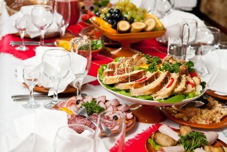 catering tabel dienst met zilverwerk en glas stemware bij restaurant voor feest Stockfoto