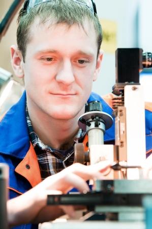 ingenieria industrial: los trabajadores en calidad de comprobación uniforme de avellanado fresa afilar utilizando el dispositivo óptico preciso Foto de archivo