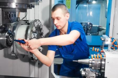 mechanische technicus operatieve van cnc snijmachine center op hulpmiddelworkshop Stockfoto