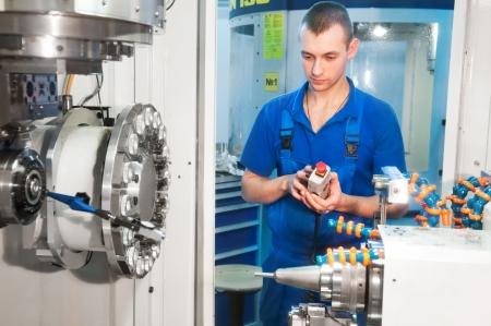 milling center: meccanico tecnico operativa del centro di taglio macchina di fresatura cnc presso officina strumento