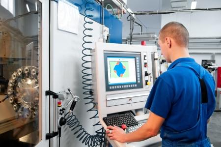ingeniero: t�cnico en mec�nica operativa del Centro CNC m�quina de corte de molienda en el taller de herramientas Foto de archivo