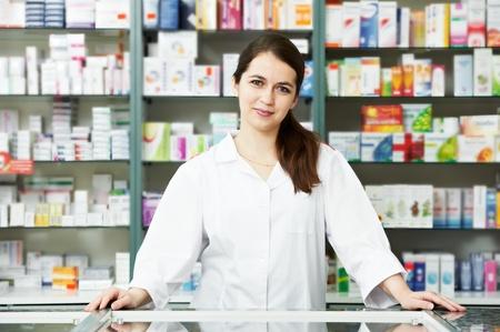 farmacia: Mujer de qu�mico de farmacia en farmacia Foto de archivo
