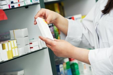 farmacia: Closeup mano de qu�mico con drogas