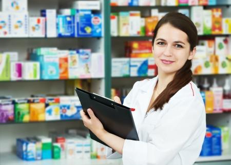 drugstore: Mujer de químico de farmacia en farmacia Foto de archivo