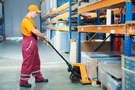 pallet truck: operaio con transpallet forcella