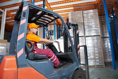 carretillas almacen: trabajador de cargador de carretilla elevadora de almac�n Foto de archivo