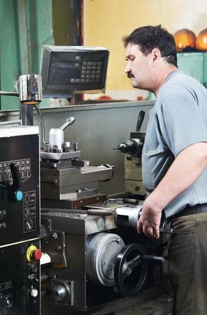 milling center: lavoratore presso il laboratorio di lavorazione dell'utensile