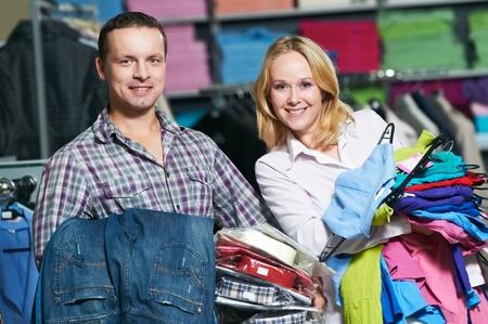 Junges Paar bei Kleidung einkaufen