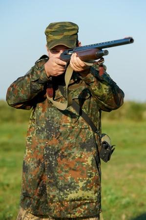 사격: 라이플 총을 가진 사냥꾼 스톡 사진