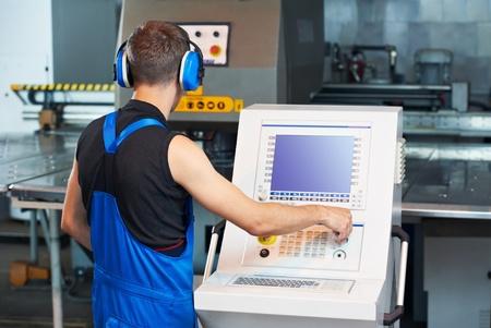 emboutissage: travailleur d'exploitation cnc presse � poin�onner