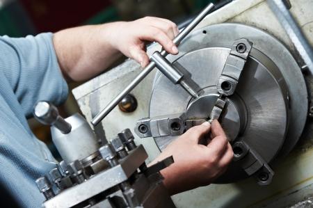 manufactura: metal blanco de proceso de mecanizado Foto de archivo