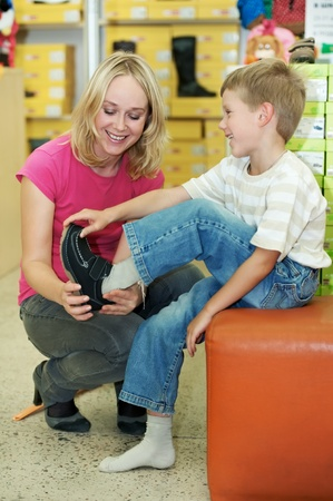 comprando zapatos: mujer y ni�o haciendo compras