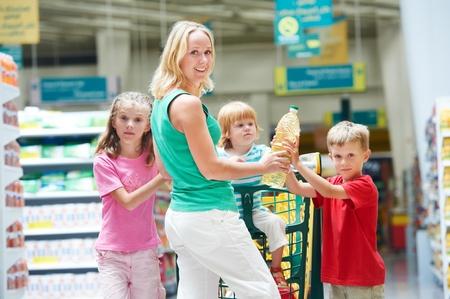 carro supermercado: mujer y ni�o haciendo compras