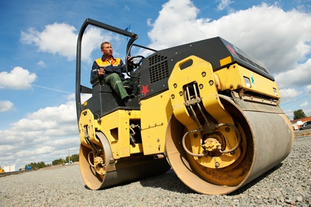 maquinaria pesada: rodillo compactador en el trabajo de carretera